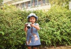 儿童照相机采取照片照片拍与照相机的年轻摄影师孩子照片 图库摄影