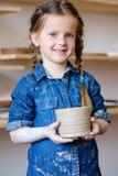 儿童爱好瓦器休闲艺术女孩黏土水罐 库存照片