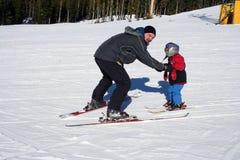儿童父亲滑雪 免版税库存图片