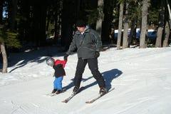 儿童父亲滑雪 库存照片