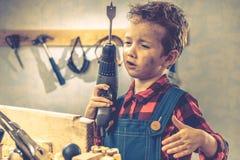儿童父亲节概念,木匠工具,人家 免版税库存照片