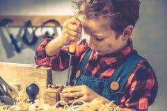 儿童父亲节概念,木匠工具,人童年 免版税库存图片