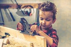 儿童父亲节概念,木匠工具,工艺 免版税库存照片