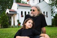 儿童父亲草使用 免版税图库摄影