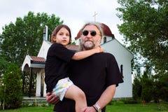 儿童父亲草使用 免版税库存图片