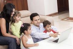 儿童爸爸享用他们的妈妈 免版税库存图片
