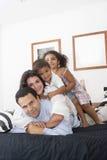 儿童爸爸妈妈他们走 免版税图库摄影