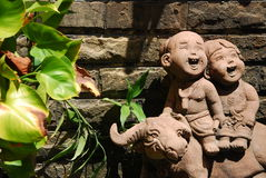 儿童玩偶设计在庭院里 库存照片