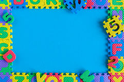儿童玩具难题简单的海报框架的图象  大模型和模板场面有蓝色背景 库存照片
