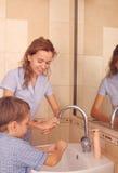 儿童现有量妈咪洗涤 免版税库存图片