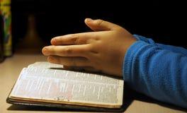 儿童现有量祈祷 图库摄影