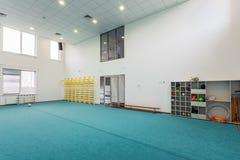 儿童现代教育内部的学院的体育馆 库存照片