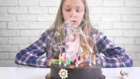 儿童生日宴会吹的蜡烛在夜,儿童周年庆祝 影视素材
