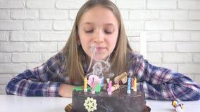 儿童生日宴会吹的蜡烛,孩子周年,孩子庆祝 股票录像