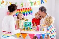 儿童生日宴会蛋糕 与孩子的家庭 免版税库存图片
