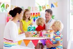 儿童生日宴会蛋糕 与孩子的家庭 库存照片