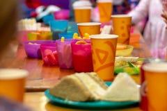 儿童生日宴会食物 免版税库存图片