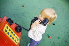 儿童电话使用 免版税库存照片