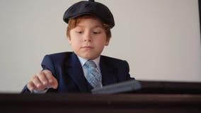 儿童男孩企业家在坐在桌上的办公室工作 影视素材