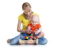 儿童男孩和母亲使用与颜色教育玩具 库存照片