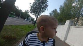 儿童男孩坐自行车椅子,当驾驶和看时 股票视频