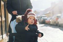 儿童男孩消费与家庭的寒假在捷克克鲁姆洛夫 图库摄影