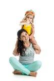 儿童男孩演奏在母亲肩膀的试验开会 免版税库存图片
