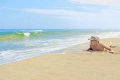 儿童男孩说谎的沙子海滩 免版税库存照片