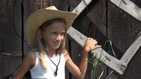 儿童画象在围场乡下,在庭院孩子的女孩面孔室外本质上4K 股票录像