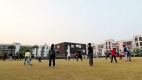 儿童的做的锻炼在公园罗赫塔克Hariyana在印度 股票录像