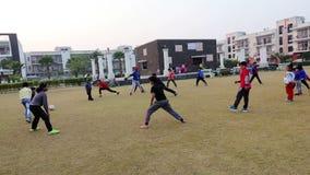 儿童的做的锻炼在公园罗赫塔克Hariyana在印度 股票视频
