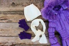 儿童的冬天衣裳:温暖的夹克,帽子,围巾,手套 免版税库存照片