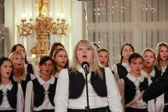 儿童的唱诗班在布拉格城堡执行 免版税库存图片
