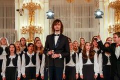 儿童的唱诗班在布拉格城堡执行 免版税库存照片