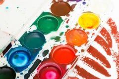 儿童的在白色的水彩油漆调色板  库存图片