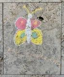 儿童的在织地不很细墙壁上的粉笔画 免版税库存照片