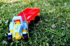 儿童的塑料玩具拖拉机 免版税库存图片