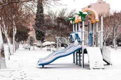 儿童的小山在雪公园 库存照片