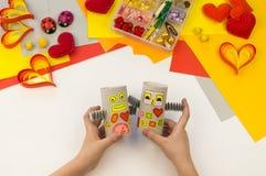 儿童的工艺机器人纸和纸板 孩子显示主要类 免版税库存图片