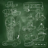 儿童的手凹道汽车元素。在校务委员会的动画片乱画 免版税库存图片