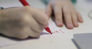 儿童的手特写镜头在一张白色纸片书写 股票视频