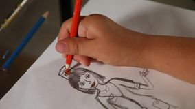 儿童的手画在医生的帽子的红十字纸的 r 股票录像