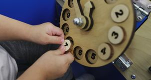 儿童的手的特写镜头打蒙台梭利教育比赛的 股票视频