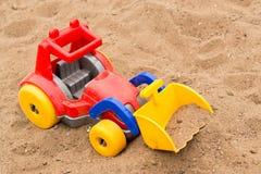 儿童的明亮的塑料挖掘机的玩具 库存照片