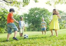 儿童的橄榄球在公园 库存照片