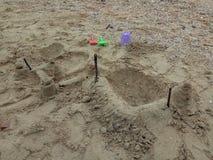 儿童的海滩玩具-桶、锹和铁锹在沙子 库存图片