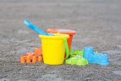 儿童的海滩戏弄-桶、锹和铁锹在沙子 库存照片
