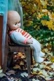 儿童的玩具在秋天庭院里 免版税库存照片