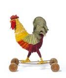 儿童的玩具在轮子古色古香的葡萄酒的一只鸡雄鸡 库存图片