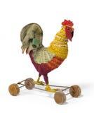 儿童的玩具在轮子古色古香的葡萄酒的一只鸡雄鸡 免版税库存照片